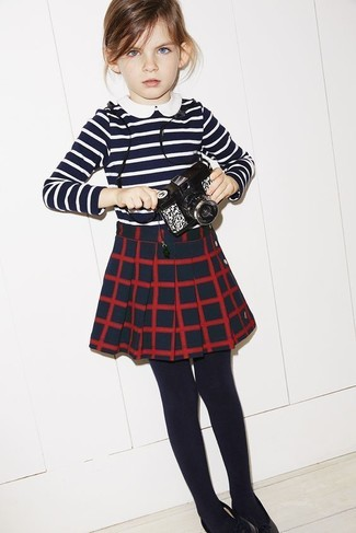 Cómo combinar: camiseta de rayas horizontales en azul marino y blanco, falda a cuadros azul marino, medias negras