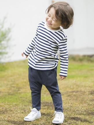 Cómo combinar: camiseta de rayas horizontales en blanco y azul marino, pantalones vaqueros azul marino, zapatillas blancas