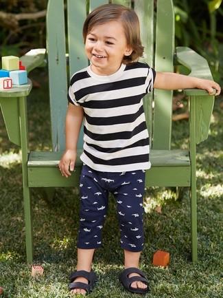 Cómo combinar: camiseta de rayas horizontales en blanco y negro, pantalón de chándal azul marino, sandalias negras