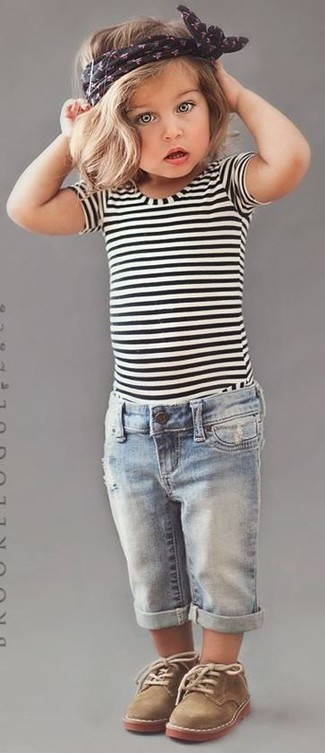 Cómo combinar: camiseta de rayas horizontales en blanco y negro, vaqueros celestes, botas safari marrón claro
