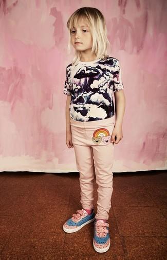 Cómo combinar: camiseta estampada en blanco y negro, leggings rosados, zapatillas rosadas, calcetines rosa