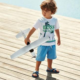 Cómo combinar: camiseta estampada blanca, pantalones cortos celestes, sandalias celestes