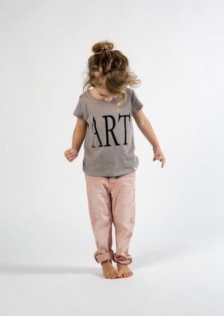 Cómo combinar: camiseta estampada gris, vaqueros rosados