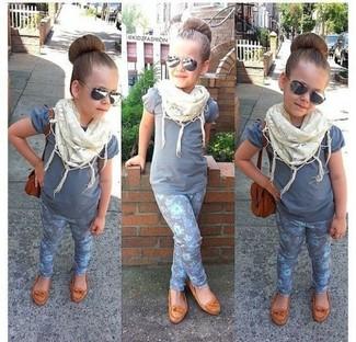 Cómo combinar: camiseta gris, leggings grises, bailarinas marrón claro, bufanda blanca