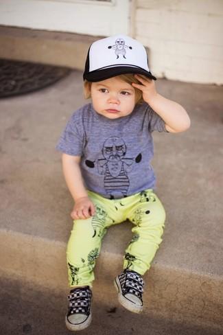 Cómo combinar: camiseta gris, pantalones amarillos, zapatillas negras, gorra de béisbol en blanco y negro