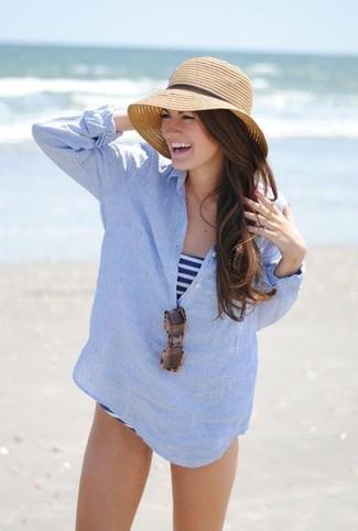 Cómo combinar: camiseta henley de rayas verticales celeste, bañador de rayas horizontales en blanco y azul marino, sombrero de paja marrón claro, gafas de sol de leopardo marrónes