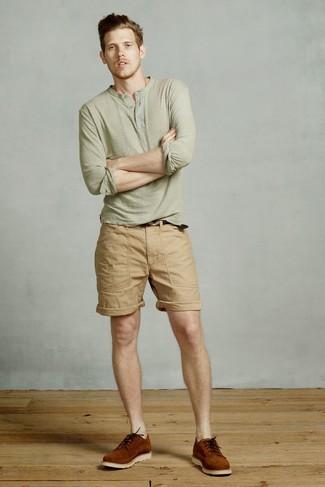 Cómo combinar: camiseta henley de manga larga verde oliva, pantalones cortos marrón claro, zapatos derby de ante en tabaco