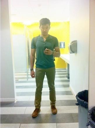 Cómo combinar: camiseta henley en verde azulado, pantalón chino verde oliva, botas safari de cuero marrónes