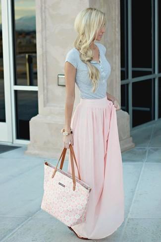 Cómo combinar: camiseta henley gris, falda larga plisada rosada, sandalias planas de cuero en marrón oscuro, bolsa tote de lona estampada rosada