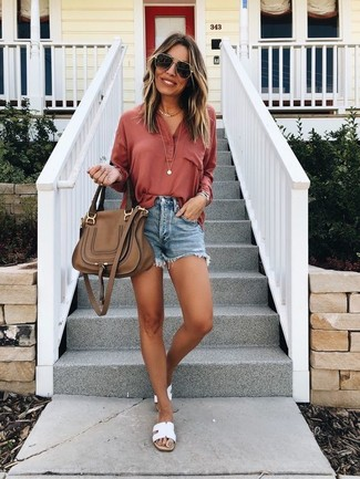 Cómo combinar: camiseta henley roja, pantalones cortos vaqueros azules, sandalias planas de cuero blancas, bolso de hombre de cuero marrón