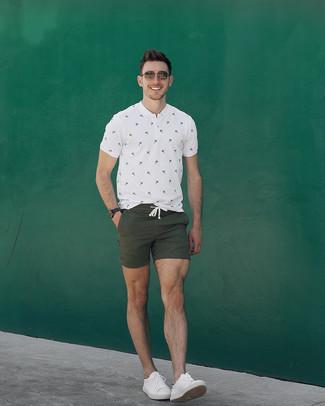 Cómo combinar: camiseta henley estampada blanca, pantalones cortos verde oliva, tenis de cuero blancos, gafas de sol marrónes