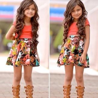 Cómo combinar: camiseta naranja, falda en multicolor, sandalias marrón claro