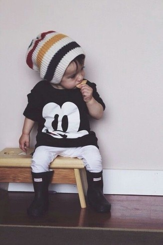 Cómo combinar: camiseta negra, pantalón de chándal blanco, botas de lluvia negras, gorro blanco