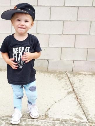 Cómo combinar: camiseta negra, pantalón de chándal celeste, zapatillas blancas, gorra de béisbol negra