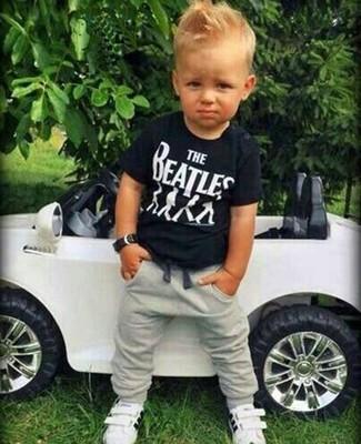 Cómo combinar: camiseta negra, pantalón de chándal gris, zapatillas blancas