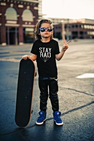 Cómo combinar: camiseta negra, pantalón de chándal negro, zapatillas azules