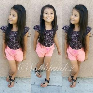 Cómo combinar: camiseta negra, pantalones cortos rosados, sandalias negras