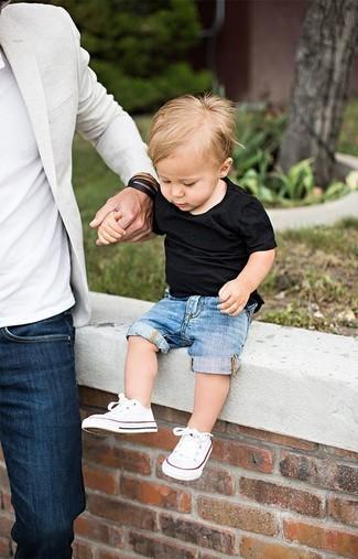 Cómo combinar: camiseta negra, pantalones cortos vaqueros azules, zapatillas blancas
