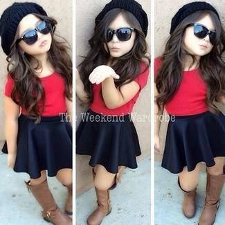 Cómo combinar: camiseta roja, falda negra, botas marrónes, gorro negro