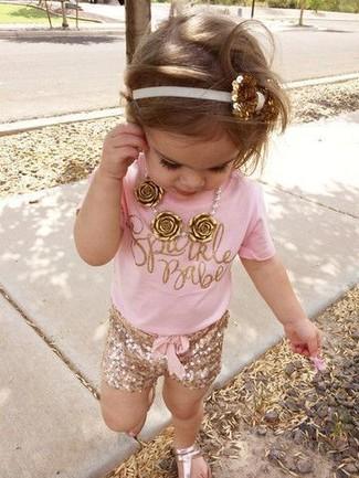 Cómo combinar: camiseta rosada, pantalones cortos dorados, sandalias doradas