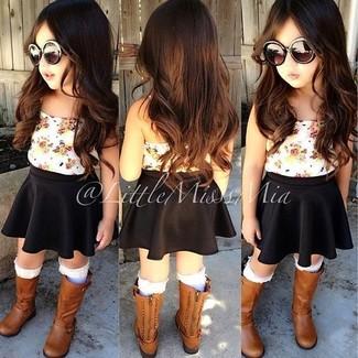 Cómo combinar: camiseta sin manga blanca, falda negra, botas marrónes, calcetines blancos