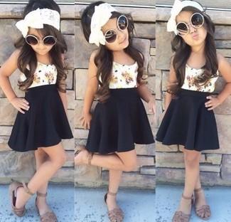 Cómo combinar: camiseta sin manga blanca, falda negra, sandalias marrónes