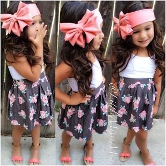Cómo combinar: camiseta sin manga blanca, falda negra, sandalias rosadas