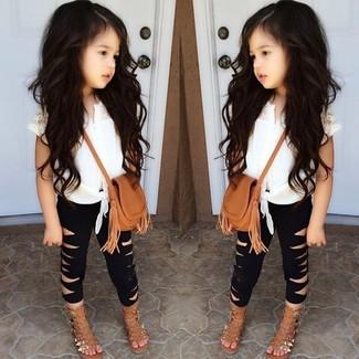 Cómo combinar: camiseta sin manga blanca, leggings negros, sandalias marrón claro