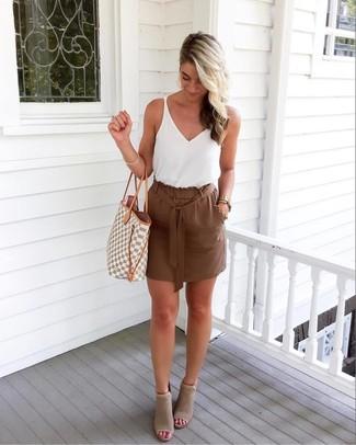 Cómo combinar: camiseta sin manga blanca, minifalda marrón, botines de ante con recorte grises, bolsa tote de lona con estampado geométrico gris