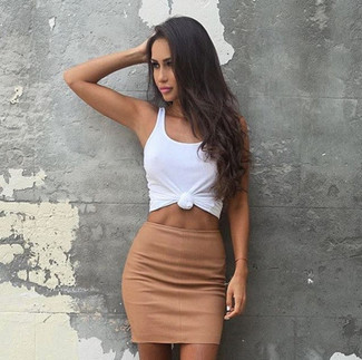 Cómo combinar: camiseta sin manga blanca, minifalda marrón claro