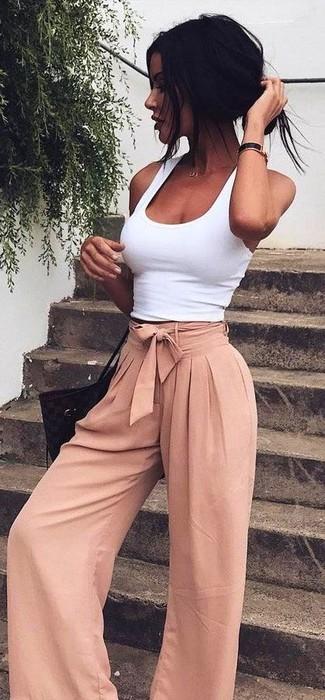 Cómo combinar: camiseta sin manga blanca, pantalones anchos rosados, bolsa tote de cuero negra, reloj de cuero negro