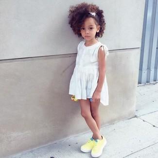 Cómo combinar: camiseta sin manga blanca, pantalones cortos celestes, zapatillas amarillas
