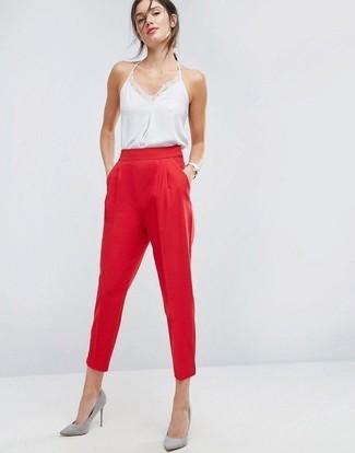 Cómo combinar: camiseta sin manga de seda blanca, pantalón de pinzas rojo, zapatos de tacón de ante grises