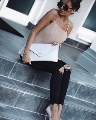 Cómo combinar: camiseta sin manga de seda en beige, vaqueros pitillo desgastados negros, zapatos de tacón de cuero blancos, cartera sobre de cuero blanca