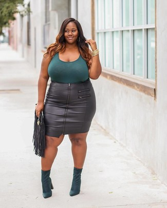 Cómo combinar: camiseta sin manga en verde azulado, falda lápiz de cuero negra, botines de ante verde oscuro, cartera sobre de cuero сon flecos negra
