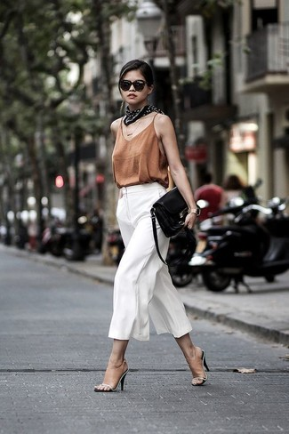 Cómo combinar: camiseta sin manga de seda marrón, falda pantalón blanca, chinelas de cuero marrón claro, bolso bandolera de cuero negro