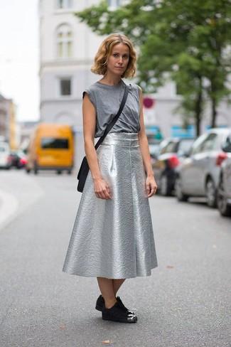 Cómo combinar: camiseta sin manga gris, falda campana plateada, tenis de ante negros, bolso bandolera de cuero negro