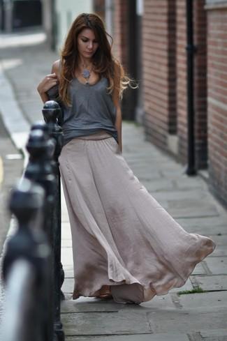 Cómo combinar: camiseta sin manga gris, falda larga de seda gris
