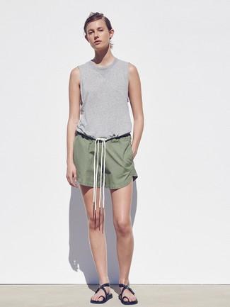 Cómo combinar: camiseta sin manga gris, pantalones cortos verde oliva, sandalias planas de cuero negras