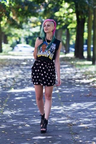 Cómo combinar: camiseta sin manga estampada negra, minifalda a lunares negra, botines con cordones de ante con recorte negros, collar plateado
