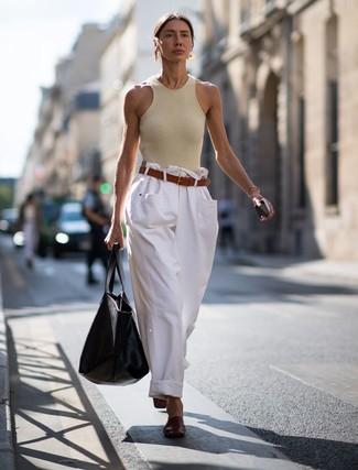 Cómo combinar: camiseta sin manga en beige, pantalones anchos vaqueros blancos, chinelas de cuero burdeos, bolsa tote de cuero negra