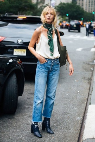 Cómo combinar: camiseta sin manga blanca, vaqueros boyfriend azules, botines de cuero negros, bolsa tote de cuero verde oliva