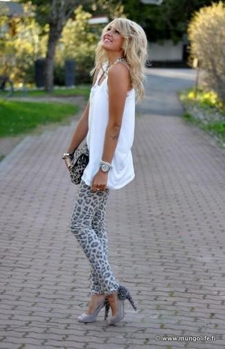 Cómo combinar: camiseta sin manga blanca, vaqueros pitillo de leopardo grises, zapatos de tacón de ante con adornos grises, cartera sobre de ante de leopardo gris