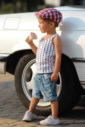 Cómo combinar: camiseta sin mangas a lunares blanca, pantalones cortos vaqueros azules, zapatillas blancas, sombrero en blanco y rojo y azul marino