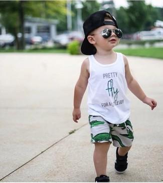 Cómo combinar: camiseta sin mangas estampada blanca, pantalones cortos verdes, zapatillas negras, gorra de béisbol negra