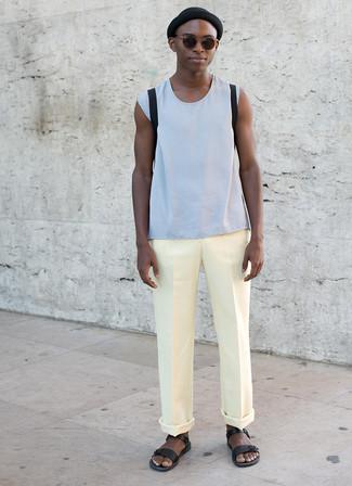 Cómo combinar: camiseta sin mangas celeste, pantalón chino amarillo, sandalias de cuero negras, mochila negra