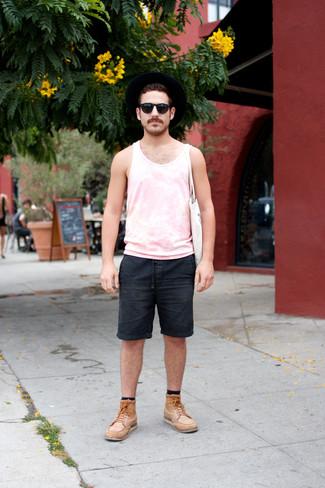 Cómo combinar: camiseta sin mangas rosada, pantalones cortos vaqueros negros, botas casual de cuero marrón claro, bolsa tote de lona blanca