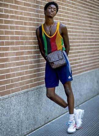 Cómo combinar: camiseta sin mangas de malla en multicolor, pantalones cortos deportivos azules, deportivas blancas, bolso mensajero de cuero estampado en marrón oscuro