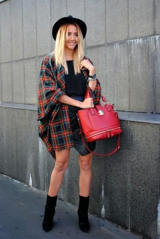 Cómo combinar: capa de tartán en rojo y azul marino, blusa sin mangas negra, minifalda de cuero negra, botines de cuero negros