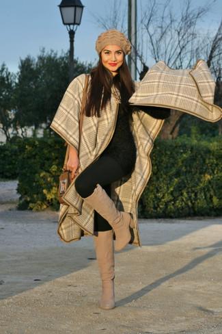 Cómo combinar: capa de tartán en beige, jersey con cuello circular de angora negro, leggings negros, botas de caña alta de ante en beige